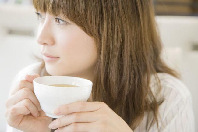 美味しいカフェインレスコーヒーを飲んでる女性